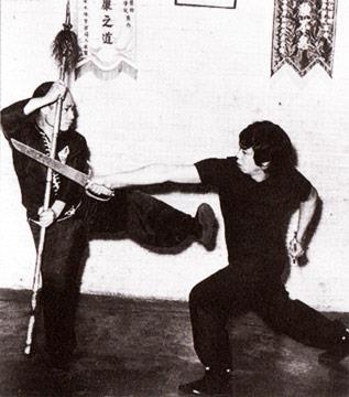 """""""Pour maîtriser l'art du combat, il faut en saisir la philosophie. Sans esprit, le corps est sans utilité""""Yew Ching Wong"""
